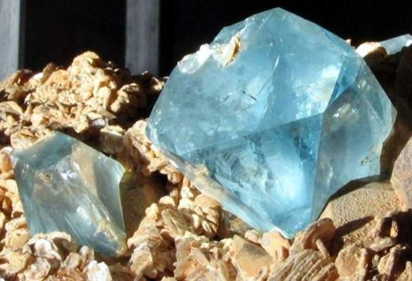 Бывает топаз драгоценный или полудрагоценный в зависимости от состояния