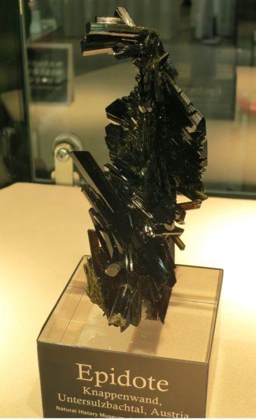 Эпидот камень свойства