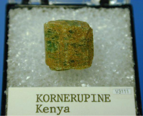 Камень корнерупин