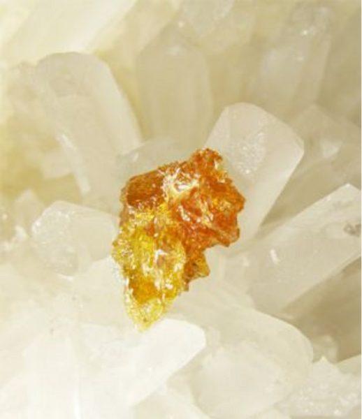 Оранжево-жёлтый камень Цинкит