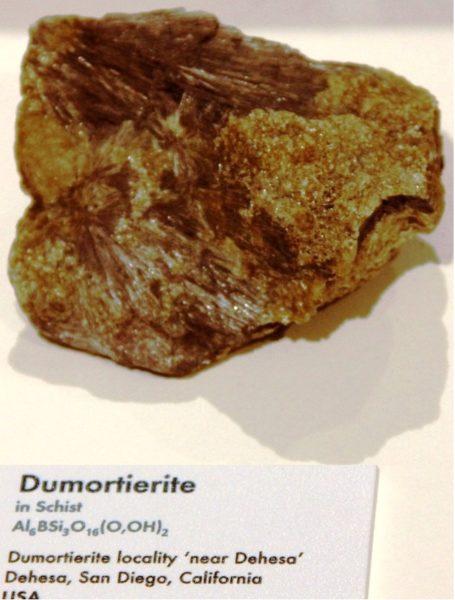Дюмортьерит камень фото