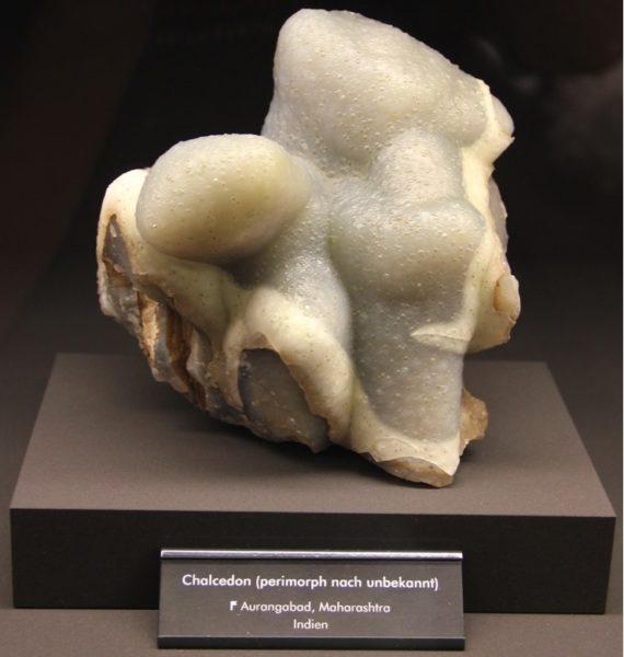 Белый халцедон камень фото
