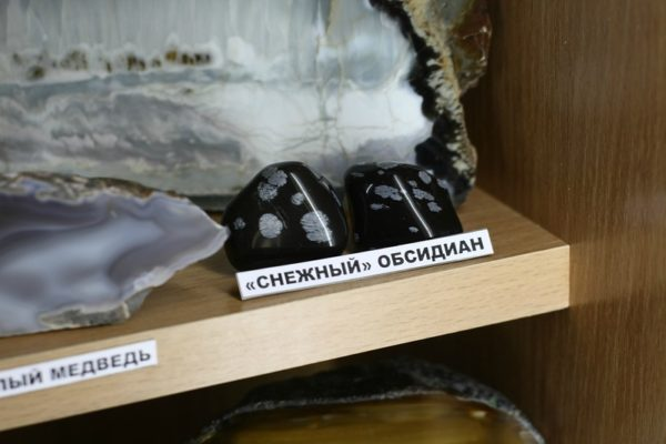 Камень снежный обсидиан фото
